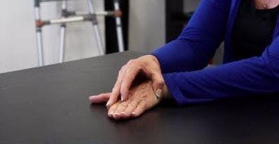 حرکت مچ دست به اطراف در فیزیوتراپی برای درمان دست