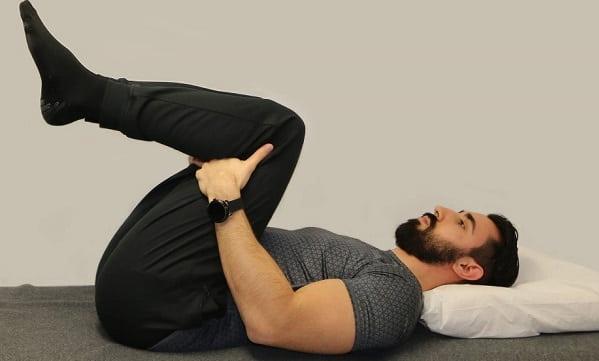 تمرین دو زانو به سینه برای سرخوردگی مهرههای کمر