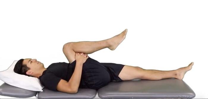 تمرین نزدیک کردن زانو به قفسه سینه برای درمان دیسک کمر