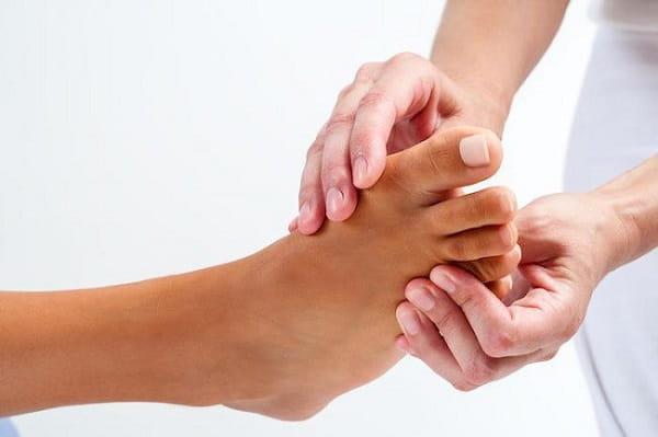 چرا میخچه و پینه پا باید درمان شوند؟